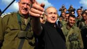 """ראש הממשלה בנימין נתניהו והרמטכ""""ל בני גנץ צופים בתרגיל צבאי, אתמול ברמת-הגולן (צילום: אבי אוחיון, לע""""מ)"""