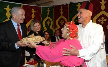 """בנימין ושרה נתניהו בחגיגות המימונה, אתמול באור-עקיבא (צילום: עמוס בן-גרשום, לע""""מ)"""
