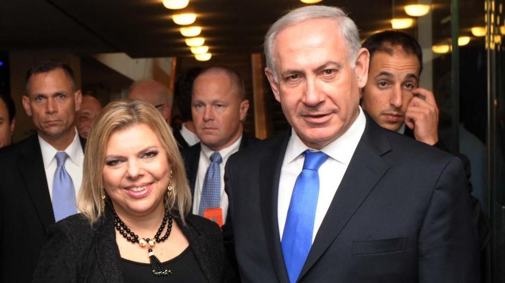 """ראש ממשלת ישראל בנימין נתניהו ורעייתו שרה עוזבים את בניין האו""""ם לאחר נאומו של נתניהו, 27.9.12 (צילום: אבי אוחיון, לע""""מ)"""