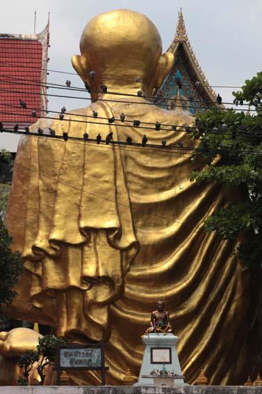 פסל ענק מוזהב של בודהא ברחוב בבנגקוק (צילום: נתי שוחט)
