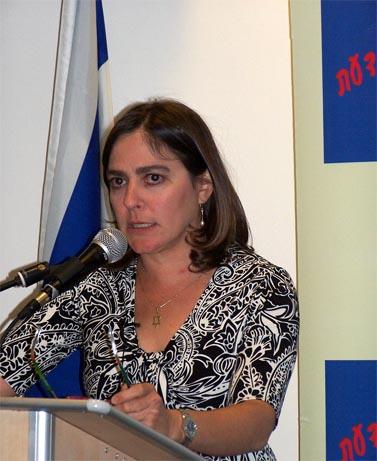 """קרולין גליק, עורכת האתר """"לאטמה"""", בכנס של אגודת זכות הציבור לדעת בירושלים. 16.6.10 (צילום: """"העין השביעית"""")"""