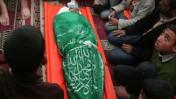 קרוביו של הילד מחמוד ואיל אל-ג'רו מתאספים סביב גופתו בטקס ההלוויה אתמול במסגד במזרח העיר עזה (צילום: מוחמד עות'מן)
