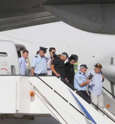 אליאור חן יורד מכבש המטוס בישראל, אתמול (צילום: יוסי זליגר)