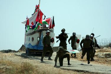 """חיילי צה""""ל ליד ספינת עץ שבנו פלסטינים ופעילי שמאל, בילעין, 4.6.12 (צילום: ווג'די עשתייה)"""