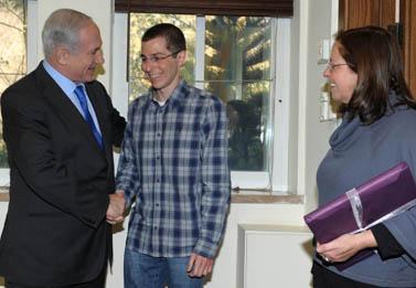 """ראש הממשלה בנימין נתניהו עם גלעד ואביבה שליט, אתמול (צילום: משה מילנר, לע""""מ)"""