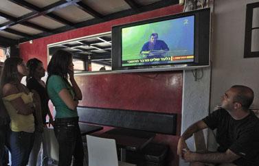 באי קפה באשקלון צופים בשידורי הטלוויזיה אתמול (צילום: צפריר אביוב)