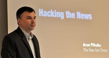 ארון פילהופר בהרצאה בפני עיתונאים בנורבגיה (צילום: Institutt for journalistikk, רשיון cc-by-sa)