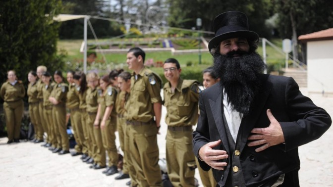 שחקן בדמותו של חוזה המדינה, אתמול בהר הרצל (צילום: יואב ארי דודקביץ')