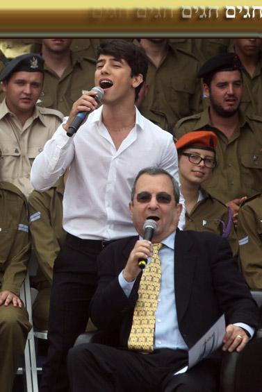 שר הביטחון אהוד ברק והזמר הראל סקעת באירועי יום העצמאות 2011 (צילום: ליאור מזרחי)
