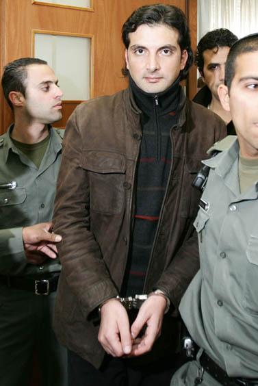 העיתונאים קאדר שאהין ומוחמד סרחאן מובאים לבית-המשפט לאחר שנעצרו באשמת עבירת צנזורה. ינואר 2009 (צילום: קובי גדעון)