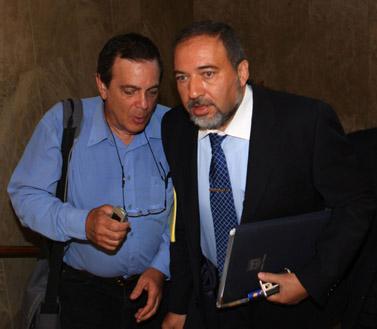 שר החוץ אביגדור ליברמן בדרכו לישיבת הקבינט, 23.8.09 (צילום: קובי גדעון)