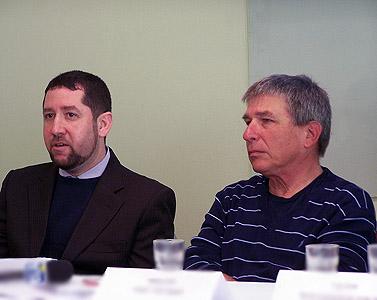 """משמאל: עו""""ד אלעד מן ועורך """"הארץ"""" לשעבר חנוך מרמרי, היום במסיבת העיתונאים של עמותת הצלחה (צילום: """"העין השביעית"""")"""