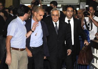 משה קצב (שני מימין) מגיע לפתיחת המשפט נגדו, 1.9.09 (צילום: יוסי זליגר)