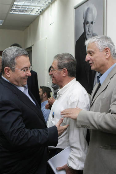 העיתונאי נחום ברנע (מימין) ושר הביטחון אהוד ברק, בישיבת מפלגת העבודה, מרץ 2009 (צילום: קובי גדעון)
