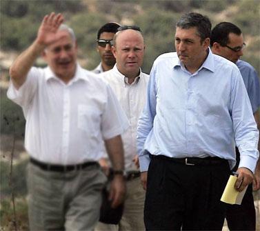 """הדובר ניר חפץ (מימין) וראש הממשלה בנימין נתניהו (צילום: פלאש 90; עיבוד: """"העין השביעית"""")"""
