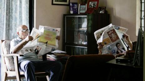 זוג קורא עיתון יום ראשון בביתו שבפונה, הודו (צילום: מגהאנה קולקרני, רשיון cc-by-nc)