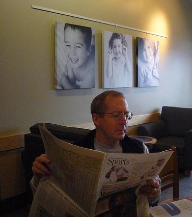 אדם קורא עיתון בבית-קפה בטורונטו, קנדה (צילום: דן איגרס, רשיון cc-by-nc-sa)