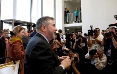 צלמי עיתונות מתעדים את פרופ' פול קרוגמן באולם באוניברסיטת פרינסטון, שם נשא נאום עם היוודע דבר זכייתו בפרס נובל (צילום: בריאן וילסון, דוברות אוניברסיטת פרינסטון)