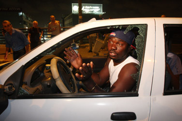 עובר אורח שחור עור שהותקף כשנקלע להפגנה נגד זרים מאפריקה בדרום תל-אביב (צילום: רוני שיצר)