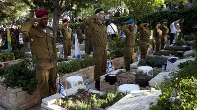 """ישראלים צעירים מצדיעים מול קברי חללי צה""""ל, אתמול בירושלים (צילום: דוד ועקנין)"""