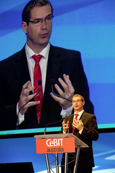 סטפן קונרוי, השר לענייני פס-רחב, תקשורת וכלכלה דיגיטלית בממשלת אוסטרליה (צילום: CeBIT, רשיון cc-by-nc-sa)