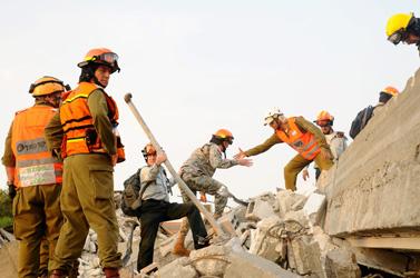 כוחות משולבים של פיקוד העורף וחיילים אמריקאים אתמול בחולון, בתרגול להתגוננות מפני רעידת אדמה (צילום: יוסי זליגר)
