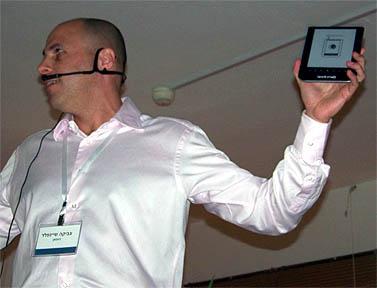 """סמנכ""""ל השיווק בניופאן צביקה שיינפלד מציג את עברית (צילום: עידו קינן, חדר 404, cc-by-sa)"""
