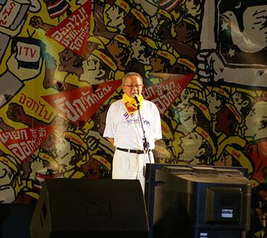 סונדהי לימטונגקון, מנהיג הצהובים, נואם מול תומכים בבנגקוק. 27.2.2006 (צילום: exceedcharge, רשיון cc-by-sa)