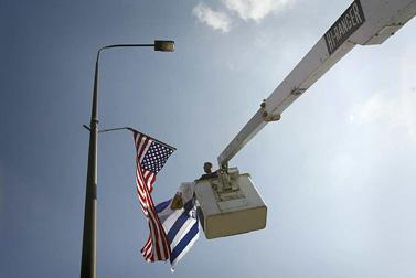פועל תולה דגלי ישראל וארצות-הברית על עמוד חשמל בירושלים, לפני ביקור של הנשיא ג'ורג' בוש. ינואר 2008 (צילום: מיכל פתאל)