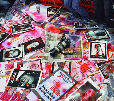 מחאה נגד מקרי אלימות, רצח וחטיפות של עיתונאים. מקסיקו סיטי, אוגוסט 2010 (צילום: Knight Foundation, רשיון cc-by-sa)