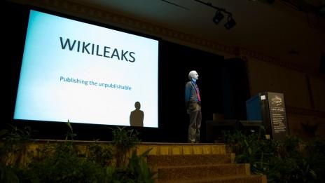 ג'וליאן אסאנג', ממייסדי ויקיליקס, בהרצאה בקואלה למפור. 8.10.09 (צילום: Darryl Yeoh, רשיון cc)