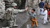 """מחיאת כף באפגניסטן (צילום: צבא ארה""""ב, רישיון CC BY 2.0)"""