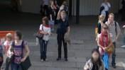 עובר אורח מנופף למצלמת גוגל Street View בלונדון, מרץ 2009 (צילום: קונארד קילטי-הארפר, רישיון cc)