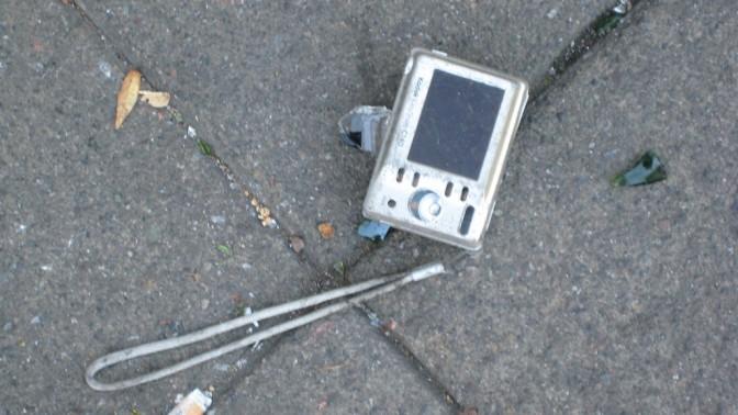 מצלמה, בבוקר שאחרי ליל מהומות. 9.8.11 (צילום: ריצ'רד בייקר, רישיון cc)