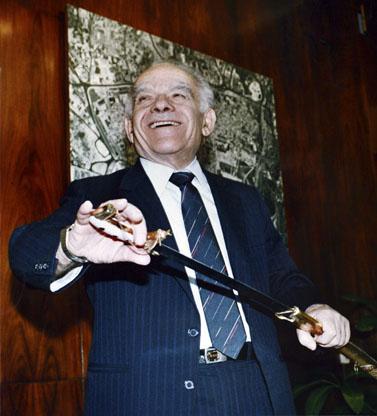 ראש הממשלה לשעבר יצחק שמיר אוחז בחרב סמוראי, 1990 (צילום: נתי שוחט)