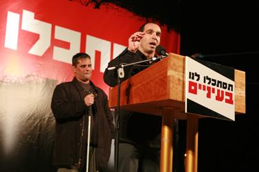 """תומר בוהדנה באסיפת מחאה נגד ממשלת אולמרט, בעקבות דו""""ח וינוגרד. 4 בפברואר 2008 (צילום: מאיה לוין)"""