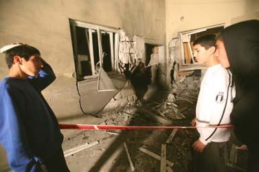 ילדים ליד בית שנפגע מרקטה, אשקלון, 2.3 (צילום: פלאש 90)
