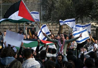 """הפגנות סטודנטים בעד ונגד המבצע בעזה (""""פלאש 90"""")"""