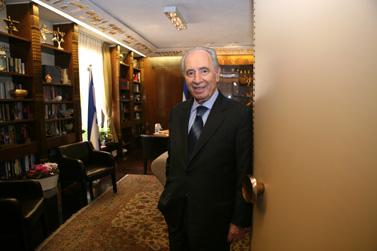 שמעון פרס בביתו בירושלים (צילום: פלאש 90)