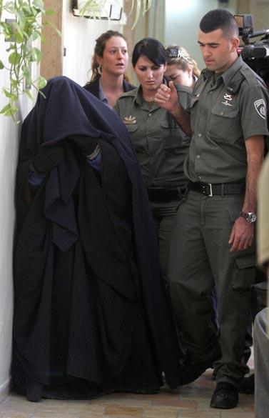האם החשודה בהתעללות מובלת לבית משפט השלום בירושלים, שלשום (צילום: פלאש 90)