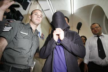 האח החשוד בהתעללות באחיותיו, בבית משפט השלום בירושלים (צילום: פלאש 90)