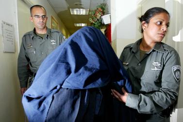 האם החשודה בהתעללות במסדרון בית-המשפט (צילום: פלאש 90)