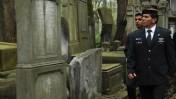 """הרמטכ""""ל גבי אשכנזי מבקר בבית קברות בורשה (צילום: פלאש 90)"""