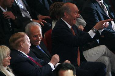 מראות מוועידת הנשיא. מימין: ראש הממשלה אהוד אולמרט, נשיא המדינה שמעון פרס, המיליארדר שלדון אדלסון (צילום: פלאש 90)
