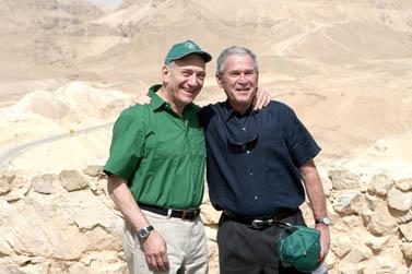 ג'ורג' בוש ואהוד אולמרט מטיילים יחדיו על המצדה (צילום: פלאש 90)