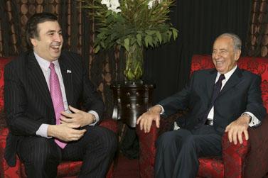 נשיא גיאורגיה מיכאל סאאקשווילי (משמאל) ונשיא ישראל שמעון פרס, במאי השנה בירושלים (צילום: אנה קפלן)