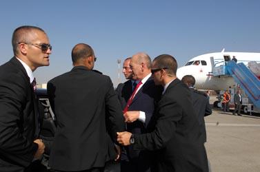 """ראש הממשלה אהוד אולמרט בשדה התעופה (צילום: לע""""מ, פלאש 90)"""