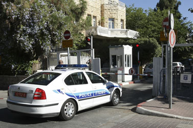 חוקרי משטרה בפתח מעונו הרשמי של ראש הממשלה אהוד אולמרט, יולי 2008 (צילום: קובי גדעון)