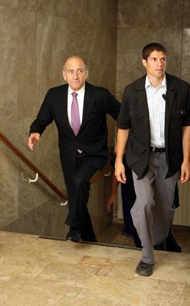 ראש הממשלה אתמול, בדרך לישיבה במשרדו (צילום: פלאש 90)