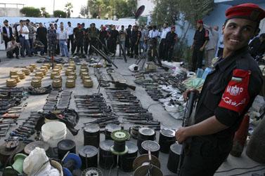 איש חמאס ליד נשק שהוחרם מאנשי חמולת חילס, אתמול בעזה (צילום: ויסאם נסאר)